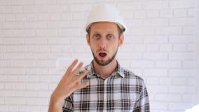 Tekniker i den vita hardhaten som räknar från 0 till 5 och den ok gesten lager videofilmer