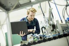 Tekniker i fabriken Arkivbild