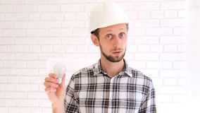 Tekniker i hardhatsamtal om energieffektivitet lager videofilmer