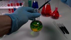 Tekniker i laboratoriumet med provrör lager videofilmer