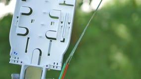 Tekniker installerar optisk fiber med kabelkontakter arkivfilmer