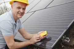 Tekniker Installing Solar Panels på taket av huset Royaltyfri Fotografi