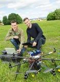 Tekniker med bärbara datorn och den Digital minnestavlan med UAV royaltyfri fotografi