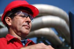 Tekniker med den röda hårda hatten och Pipelines Royaltyfria Foton