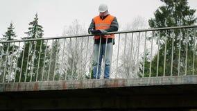 Tekniker med dokumentation på bron lager videofilmer