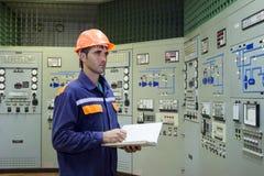 Tekniker med på stationen för gaskompressor royaltyfri foto