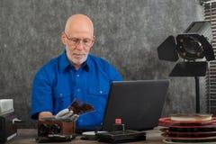 Tekniker med vita handskar som digitaliserar gammalt fotografi p? exponeringsglasplattan royaltyfria bilder