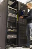 It-tekniker Monitoring Servers Arkivbild