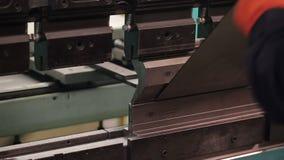 Tekniker på arbete inom växten Yrkesmässig fabricering av metalldelar arkivfilmer
