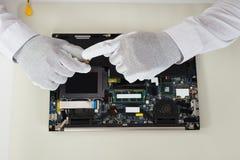 Tekniker Repairing Laptop royaltyfri fotografi