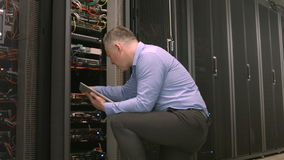 Tekniker som använder minnestavlaPC, medan analysera serveren arkivfilmer