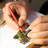 Tekniker som arbetar med PCB Royaltyfri Foto