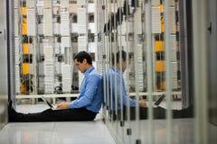 Tekniker som arbetar på bärbara datorn i hall Royaltyfri Bild