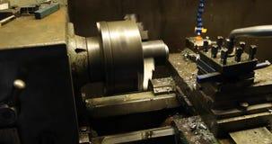 Tekniker som arbetar på drejbänkmaskinen arkivfilmer