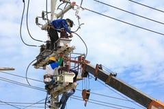 Tekniker som arbetar på elektriska Pole Arkivfoton