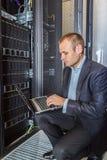 It-tekniker som arbetar på en bärbar dator Arkivbild