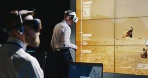 Tekniker som arbetar på hans skrivbord