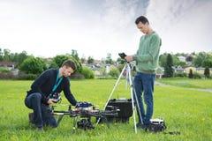 Tekniker som arbetar på UAV-spionsurret arkivfoton