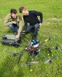 Tekniker som diskuterar UAV royaltyfri bild
