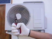 tekniker som installerar utomhus- betinga för luft Royaltyfria Foton