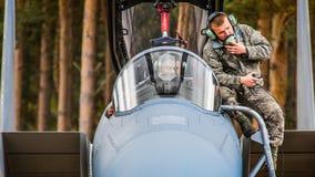 Tekniker som kontrollerar hans jaktflygplan F15 Arkivfoto