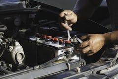 Tekniker som kontrollerar motorn av bilen Auto mekaniker som kontrollerar bilmotorn Underh?ll som kontrollerar bilen arkivbilder