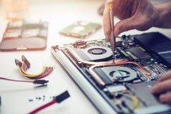 tekniker som reparerar bärbar datordatoren Royaltyfria Foton