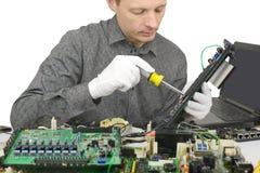 Tekniker som reparerar datoren royaltyfri bild