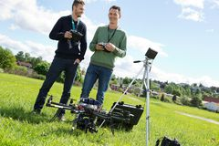 Tekniker som rymmer fjärrkontroller av UAV arkivbild