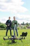 Tekniker som rymmer fjärrkontroller av UAV arkivfoton