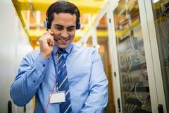Tekniker som talar på head telefoner Fotografering för Bildbyråer