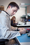 Tekniker som testar en enhet för strömkretsbräde Arkivfoto