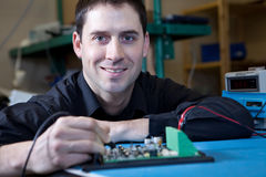 Tekniker som testar en enhet för strömkretsbräde Royaltyfria Bilder