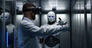 Tekniker som testar på robotstyrning stock video