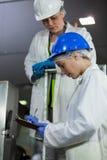Tekniker som undersöker kött som bearbetar maskinen arkivfoton