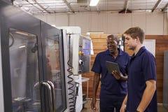 Tekniker Training Male Apprentice på CNC-maskinen fotografering för bildbyråer