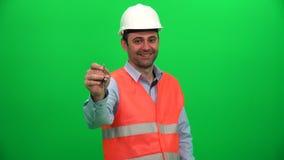 Tekniker Worker Man Holding tangenten som köper ett hem- begrepp lager videofilmer