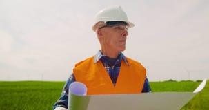 Tekniker Writing On Clipboard, medan göra kontroll för vindturbin stock video