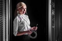 Teknikeraffärskvinna i rum för nätverksserver Royaltyfri Foto