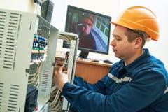 Teknikerarbetare som justerar det videopd bevakningsystemet Royaltyfria Foton