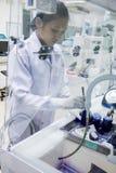 Teknikeren arbetar under säkerhetshuven av plast- royaltyfria bilder