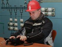 Teknikeren förbereder sig att göra påringning i kraftverkcontren royaltyfri bild