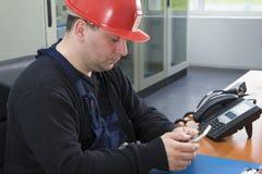 Teknikeren förbereder sig att göra påringning i kraftverkcontren royaltyfri foto