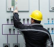 Teknikeren ger kommando i kraftverkkontrollmitt royaltyfri bild