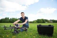 Teknikeren With Octocopter Drone parkerar in fotografering för bildbyråer