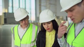 teknikerer 4K eller arkitekter som har en diskussion på konstruktionsplatsen stock video