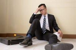Teknikerer missar för att göra fel i deras arbete och affär att sitta ner på golvet Arkivbild