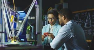 Teknikerer som arbetar i laboratorium Fotografering för Bildbyråer
