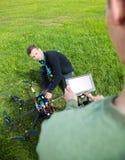 Teknikerer som arbetar på UAV-helikoptern på, parkerar arkivbilder