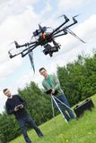 Teknikerer som flyger UAV-surret parkerar in royaltyfri fotografi